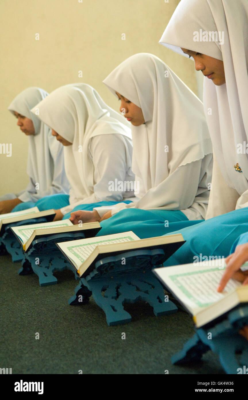 Bandar Seri Begawan, Brunei --- Corano classi per le ragazze in Brunei High School --- Image by © Jeremy Horner Immagini Stock