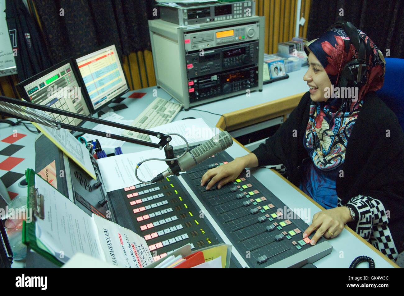 Bandar Seri Begawan, Brunei --- donna musulmana Hosting Radio Show in Brunei --- Image by © Jeremy Horner Immagini Stock