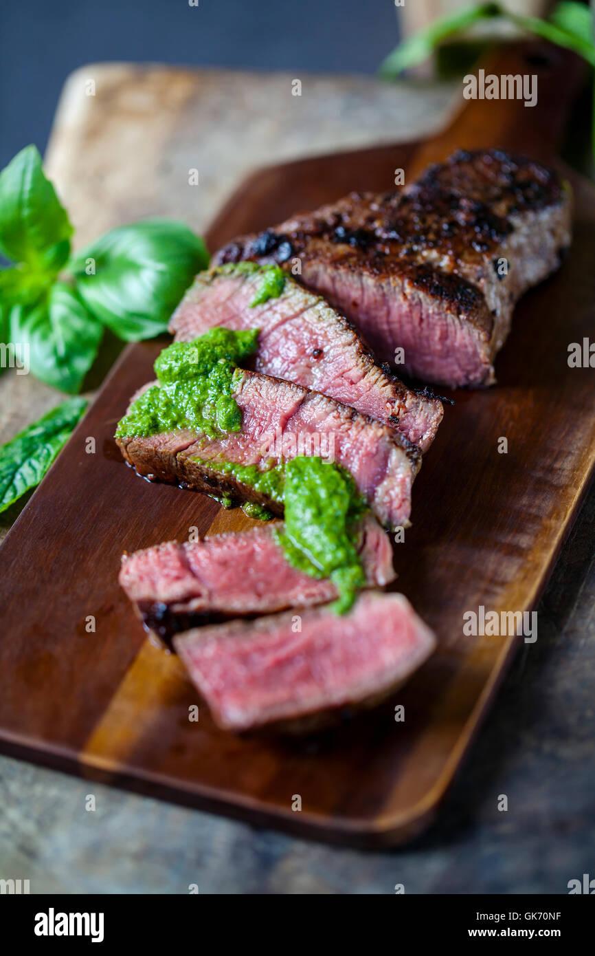 Filetto di manzo con salsa verde Immagini Stock
