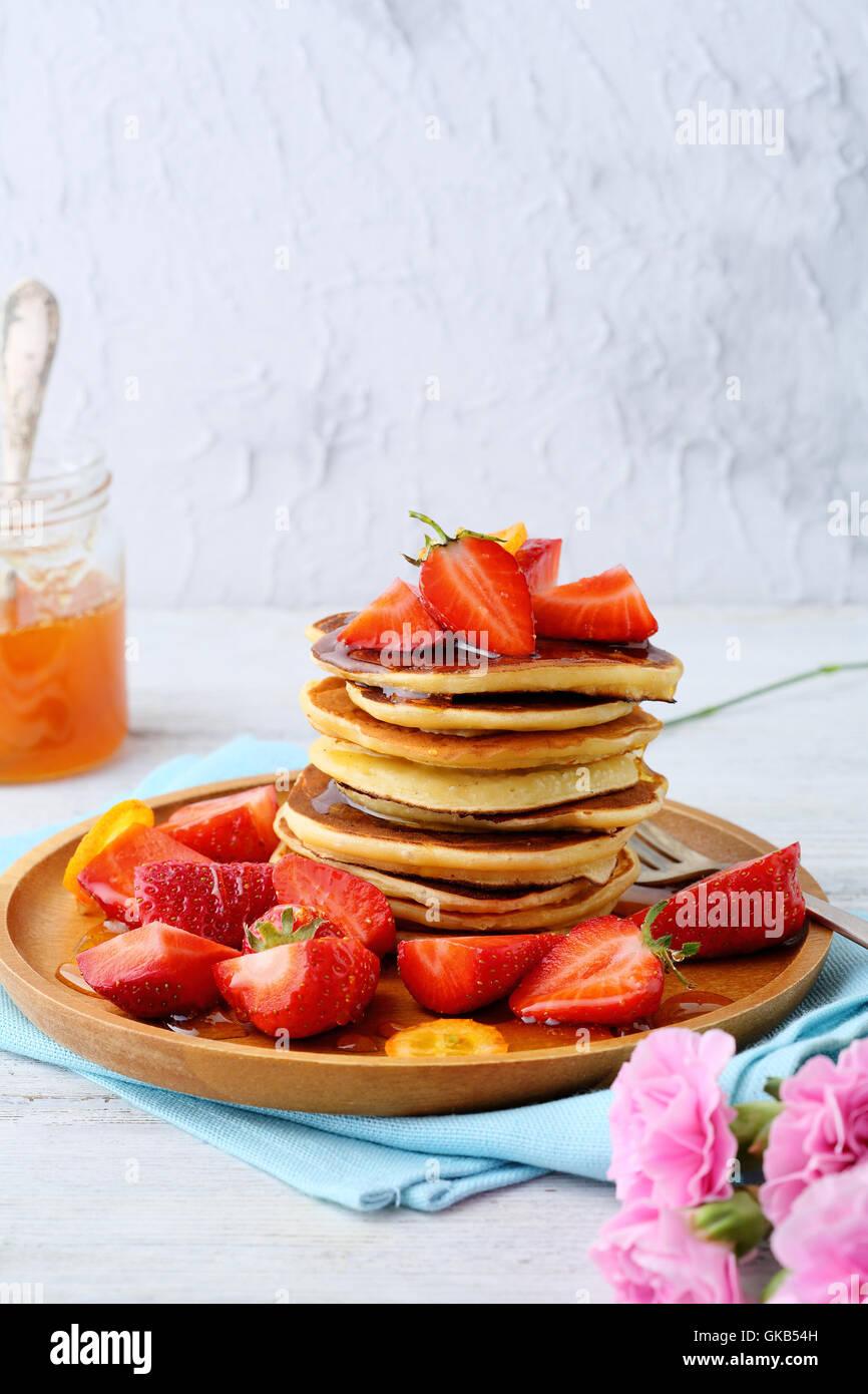 La colazione pancake con fragole fresche, cibo closeup Immagini Stock