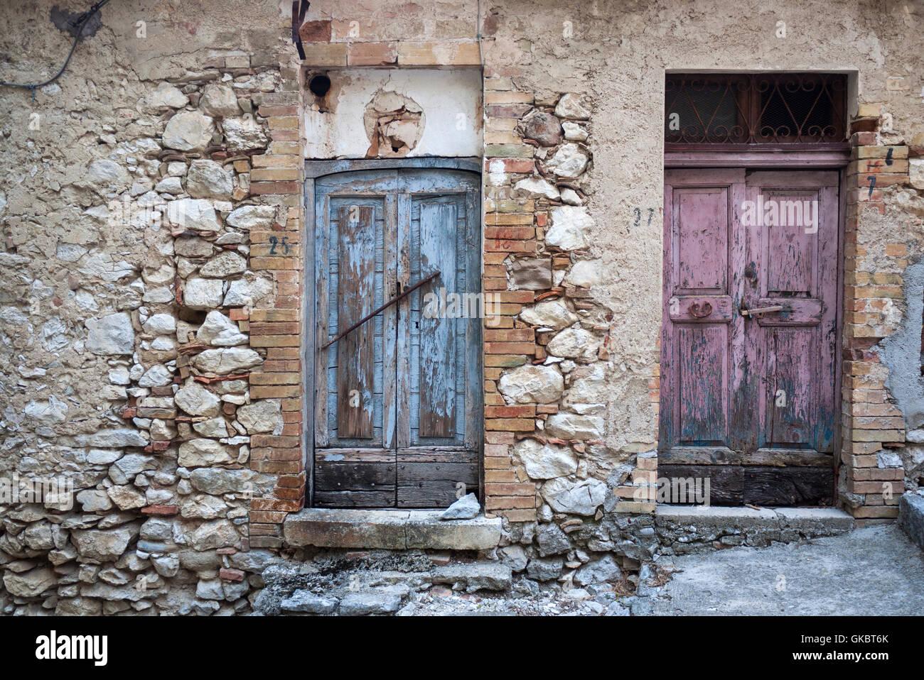 Vecchie porte in legno a Corvara, Abruzzo, Italia. Immagini Stock