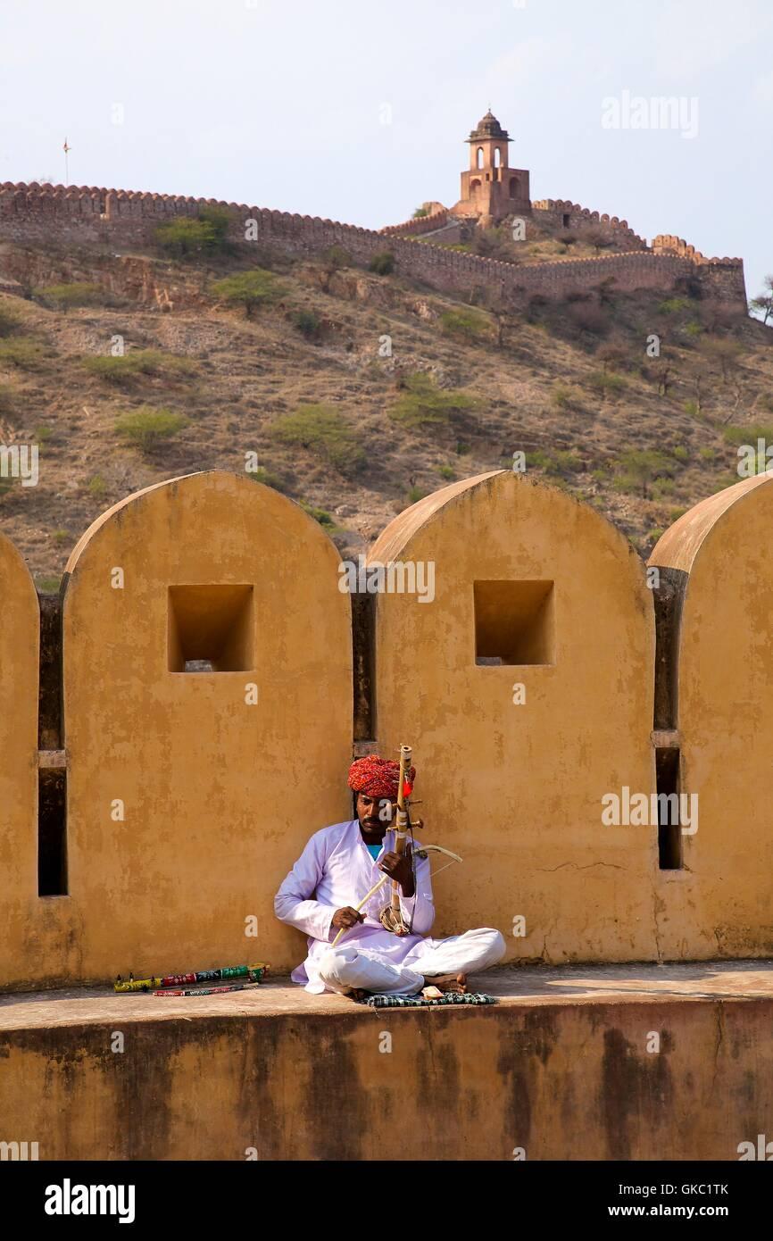 Tradizionale musicista di Rajasthani svolge il suo ravanhatta (violino), Fort ambra palace jaipur, Rajasthan, India Immagini Stock