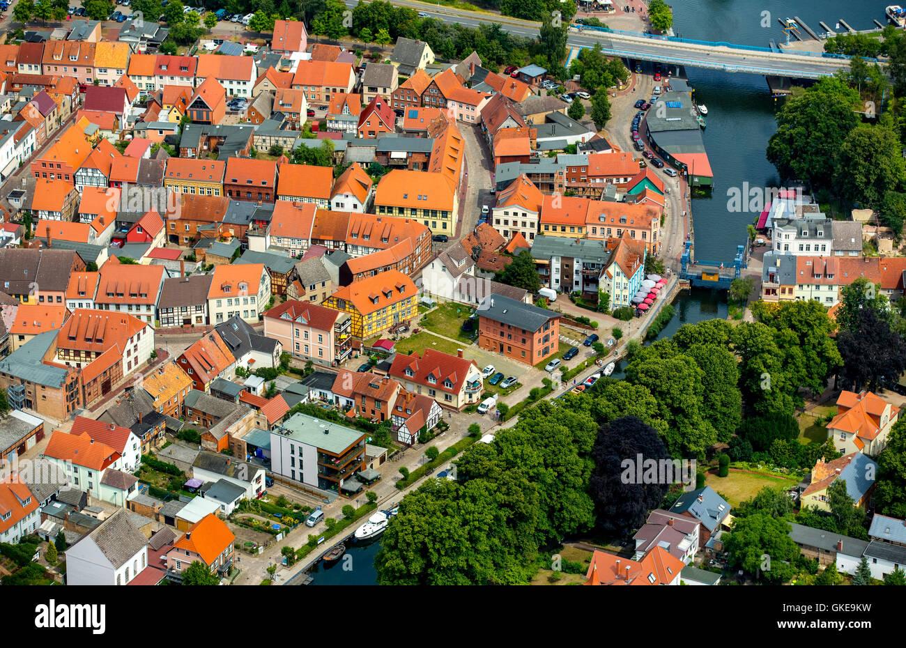 Vista aerea, Müritz Elde fluviale nei centri città con la strada statale 103, Plau, Meclemburgo Lake District, Foto Stock