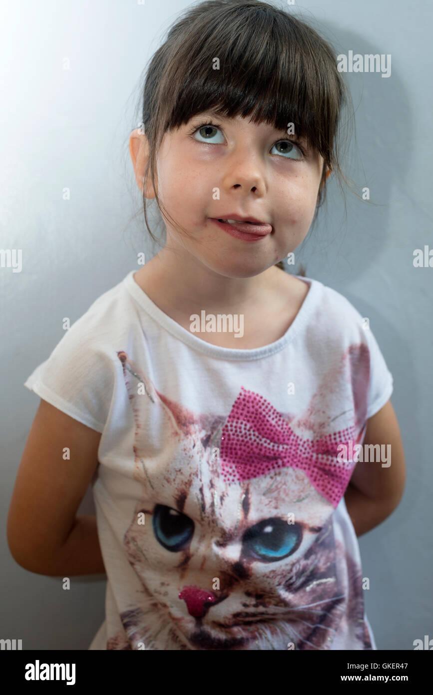 4 anno vecchia ragazza in un momento di relax a casa Immagini Stock
