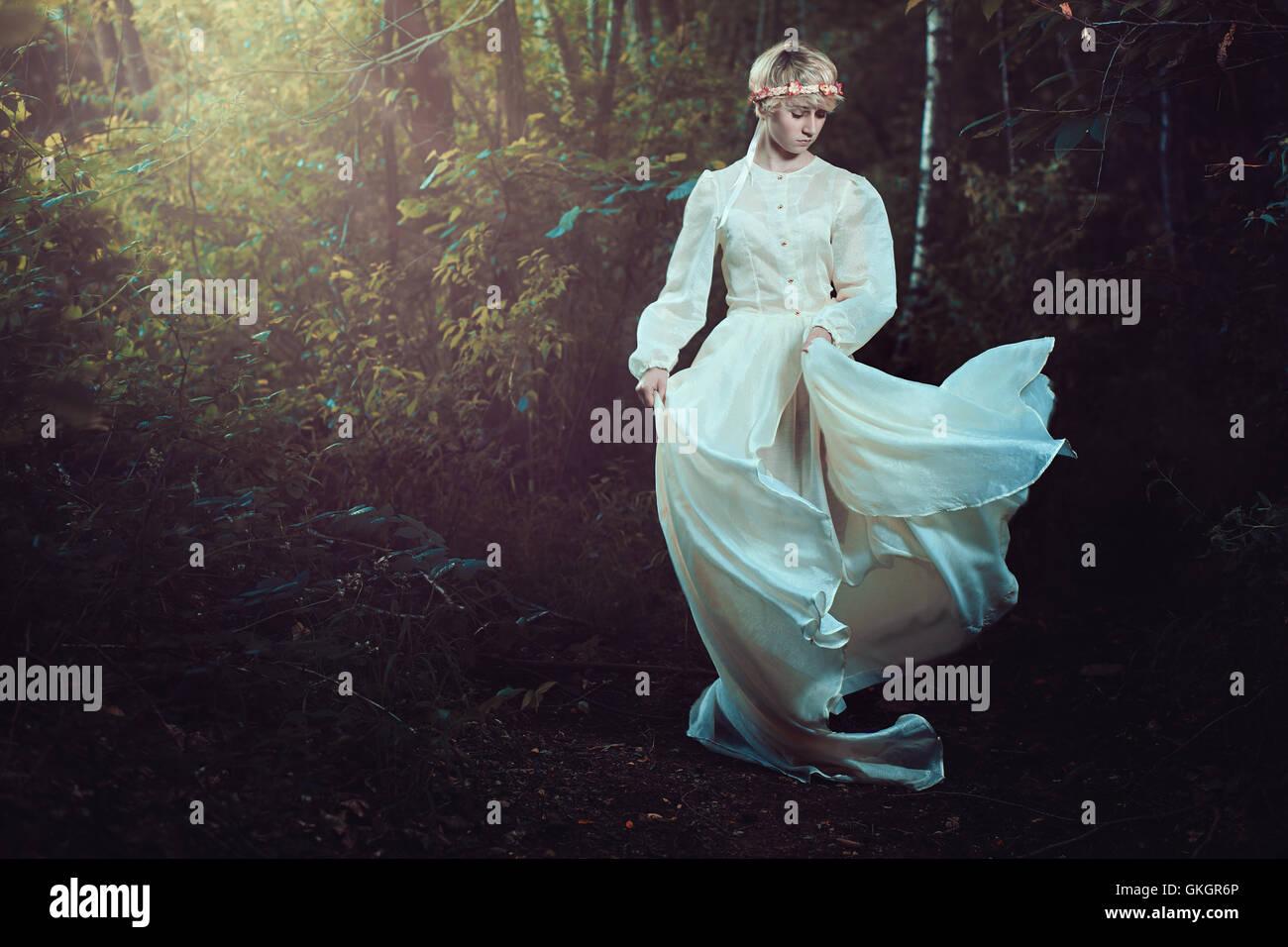 Giovane donna in sognante foresta da favola Immagini Stock