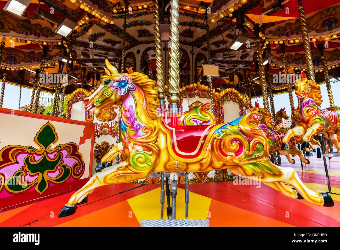 Vivacemente colorato vintage giostra pony. Immagini Stock