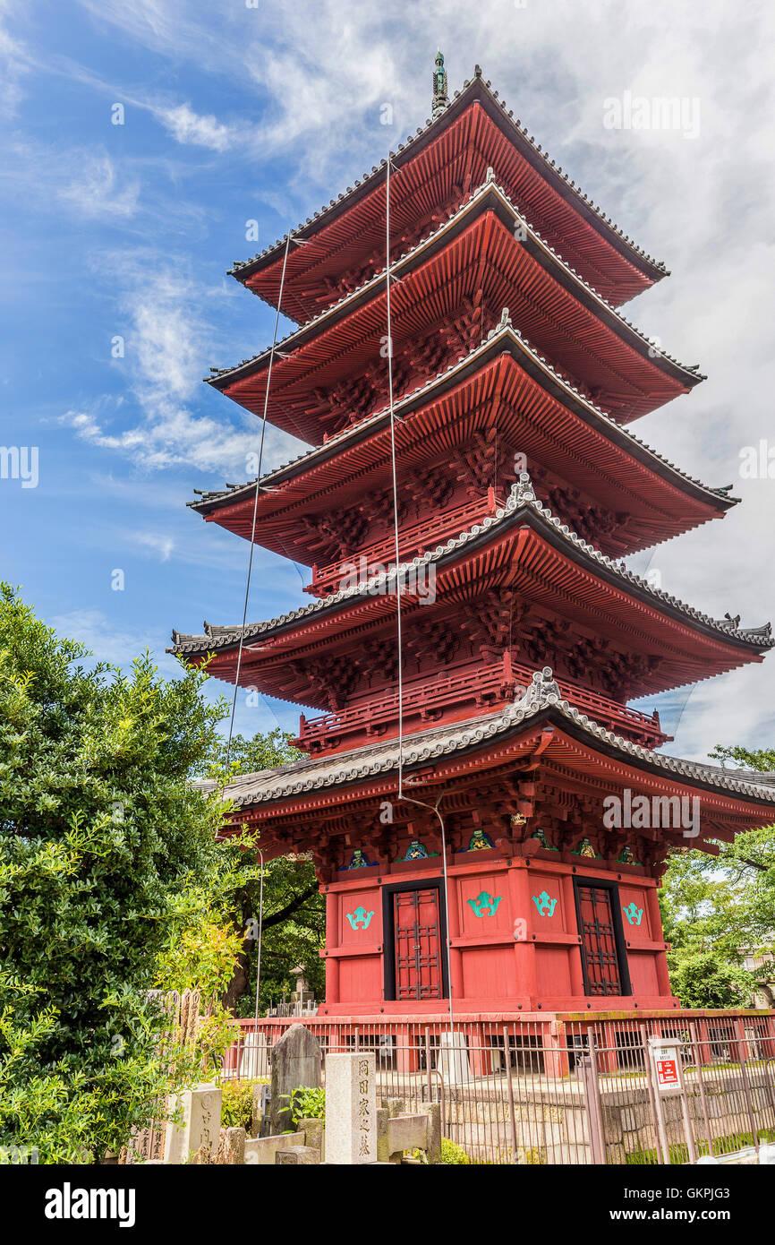 Cinque piani pagoda a Honmonji - Ikegami Honmonji Tempio è sparso su tutta la sommità di una collina a Immagini Stock