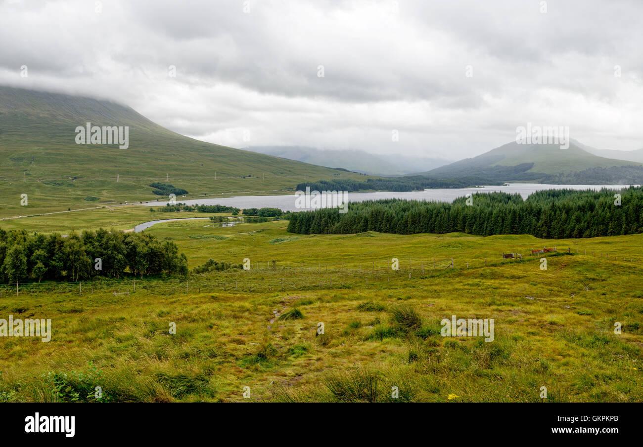 Guardando verso il basso a Loch Ba nelle Highlands scozzesi Immagini Stock