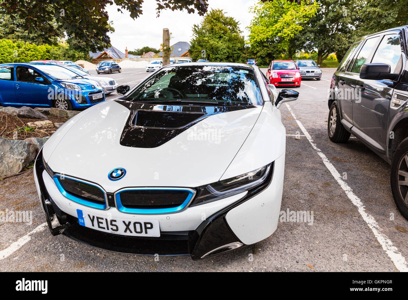 BMW i8 auto sportiva ibrido plug-in vetture sportive sviluppato da BMW veicolo parcheggiato supercar elettrica economia Immagini Stock