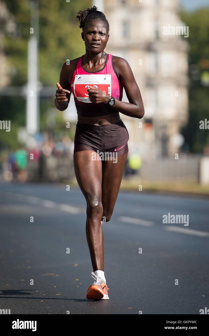 WROCLAW, Polonia - 13 settembre 2015: vincitore tra femmina di un 33. PKO Wroclaw Marathon - runner keniota Kenijka Immagini Stock