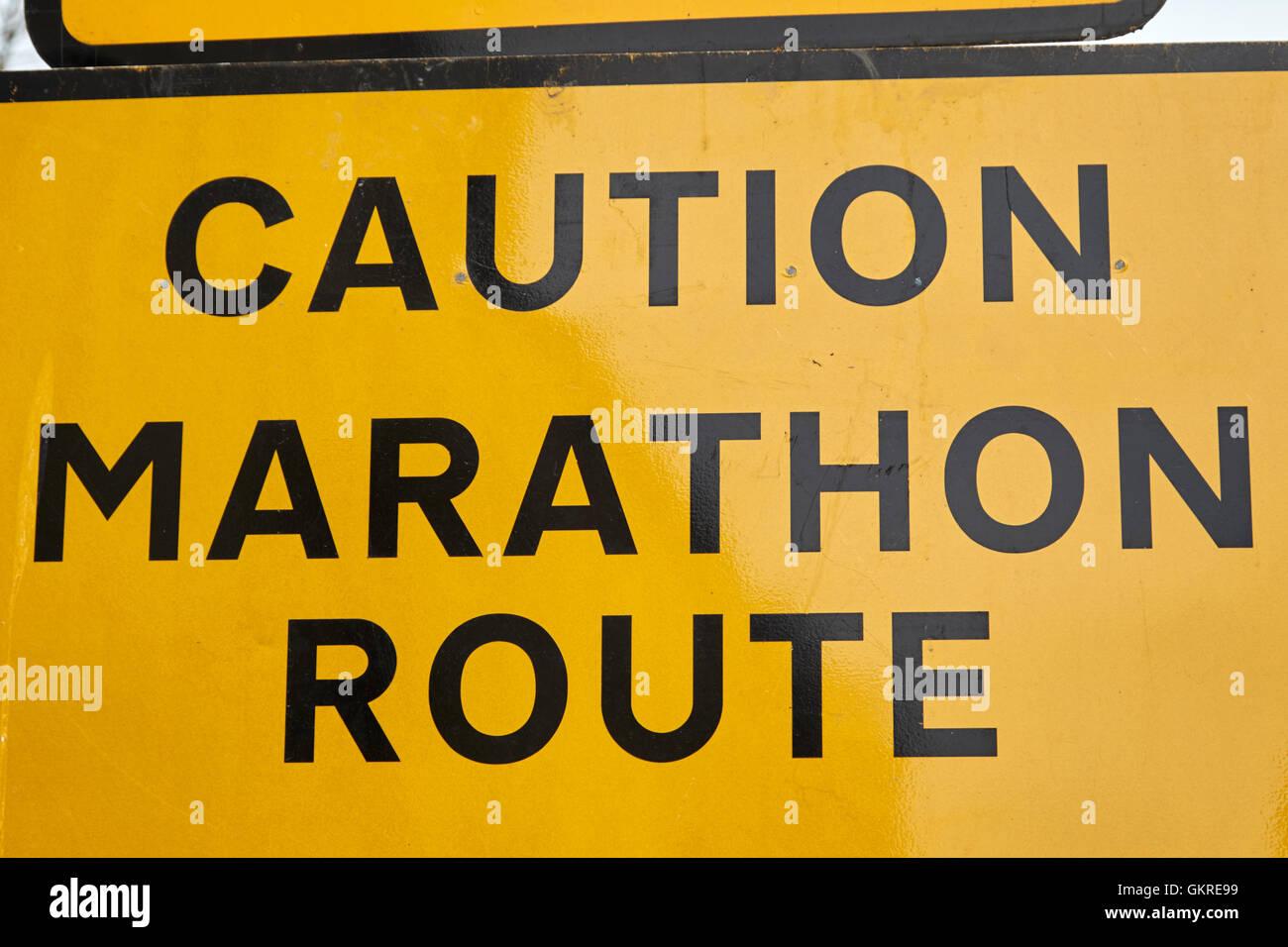 Spia gialla di attenzione percorso maratona del traffico stradale e di avvertimento segni di diversione nel Regno Immagini Stock