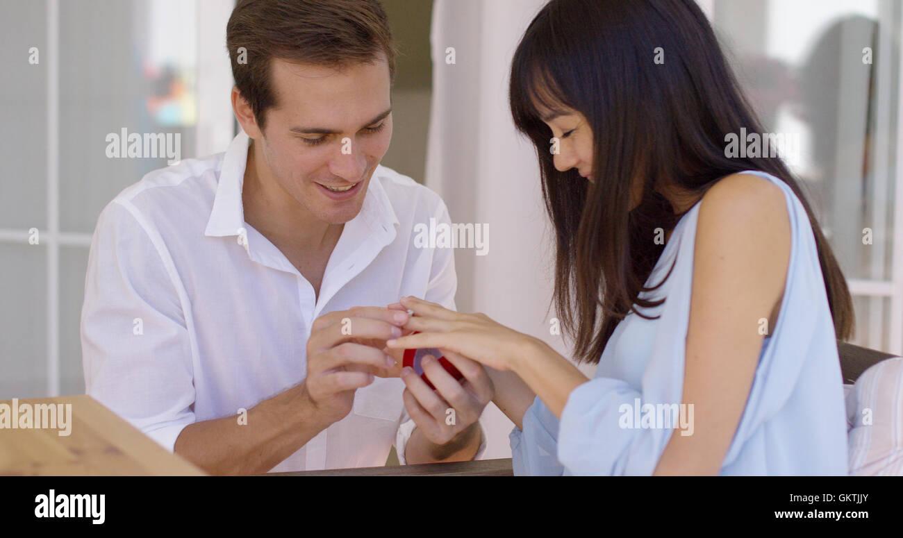 Uomo anello di montaggio sul dito della ragazza Immagini Stock