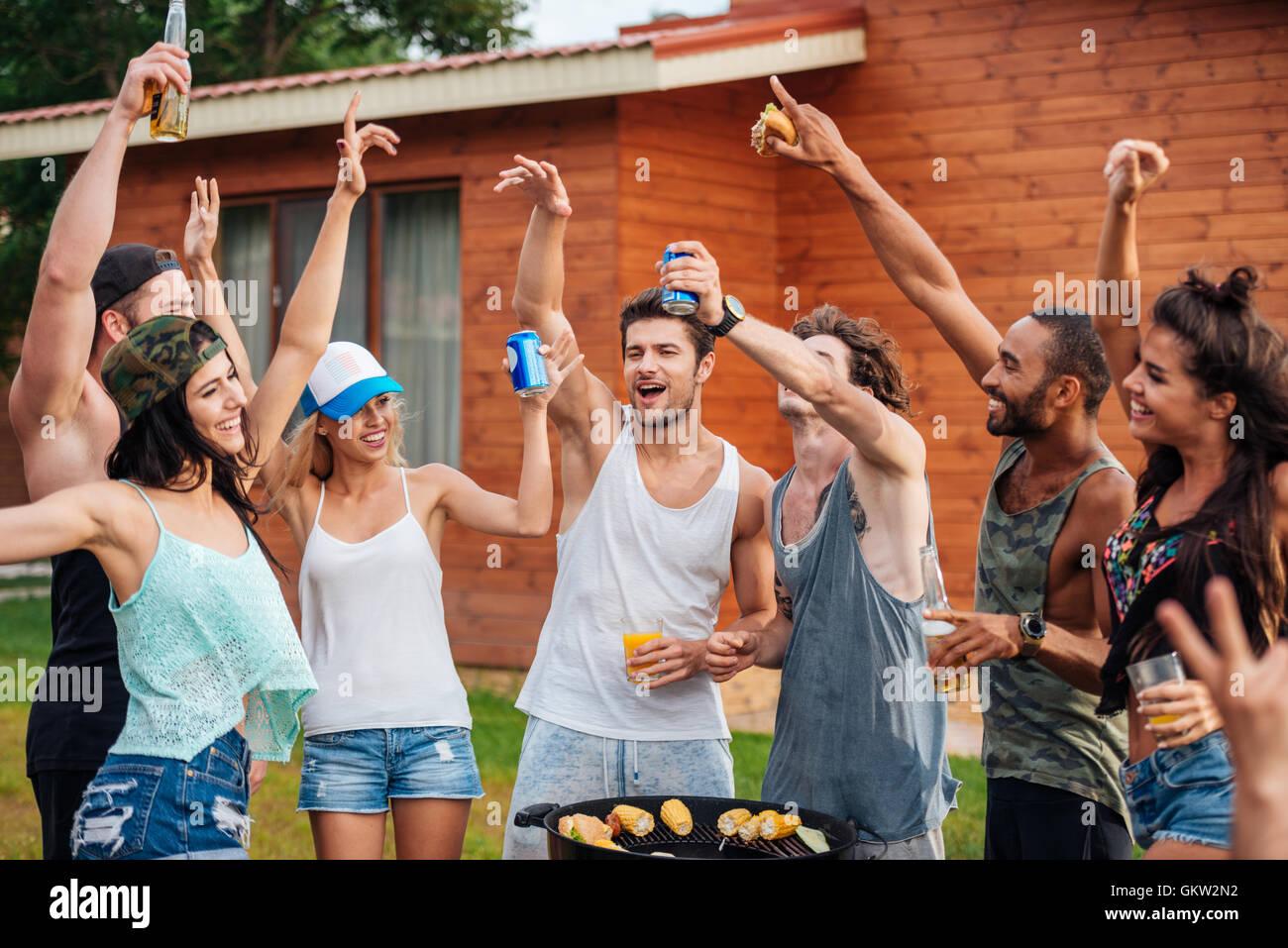 Il gruppo di allegro giovani amici avendo divertimento all'aperto Immagini Stock