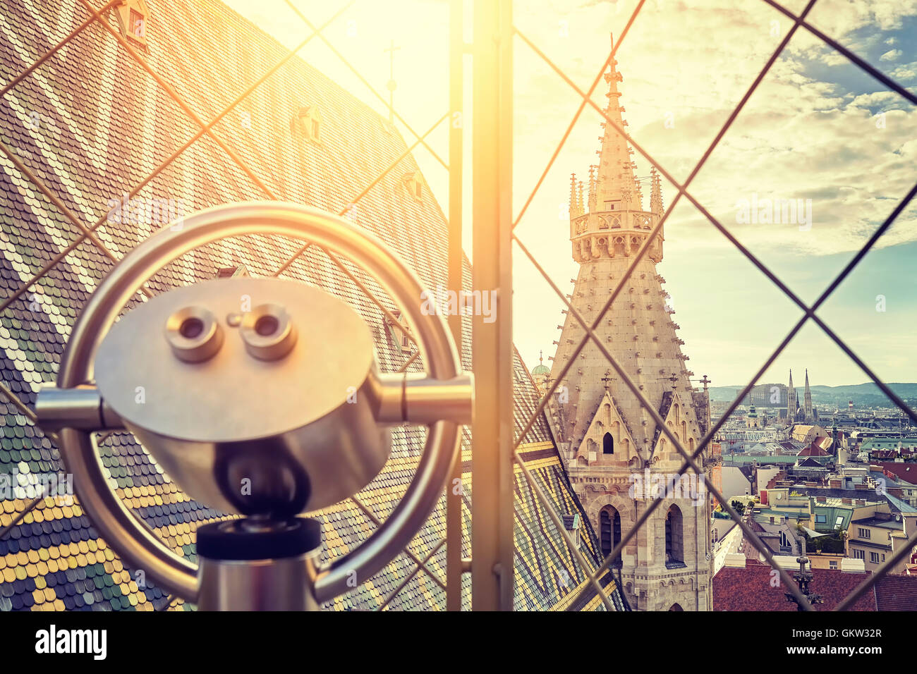 Vintage nei toni del binocolo turistica su Vienna al tramonto, vista dalla torre nord della Cattedrale di Santo Immagini Stock