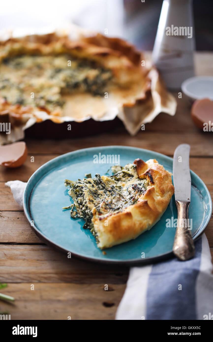 Una fetta di torta provenzale con erbe aromatiche Immagini Stock