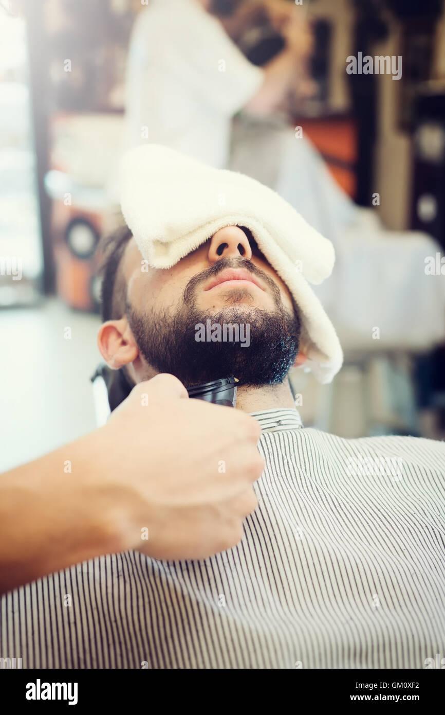 Rito della rasatura della barba in un vecchio stile di barbiere. Immagini Stock