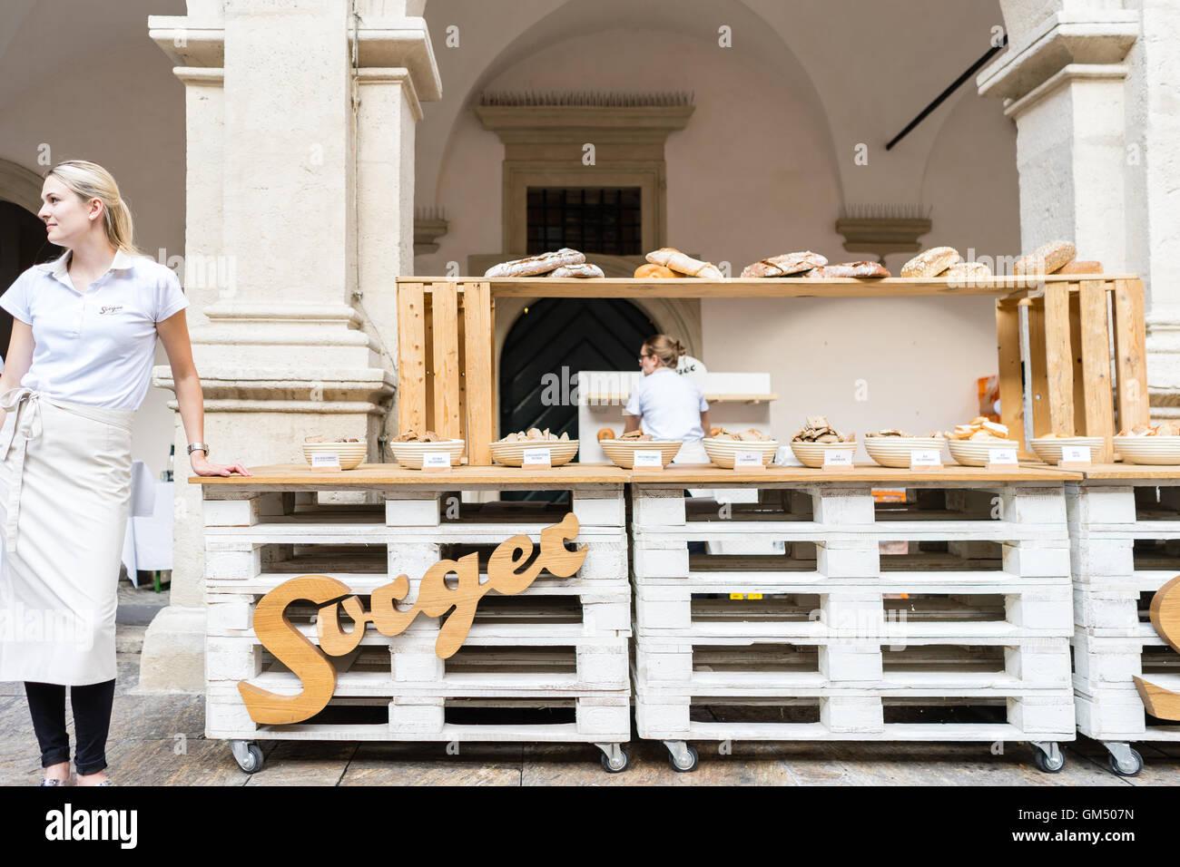 La selezione di diversi tipi di pane a lunga tavola - Lange Tafel der Genusshauptstadt Graz Immagini Stock