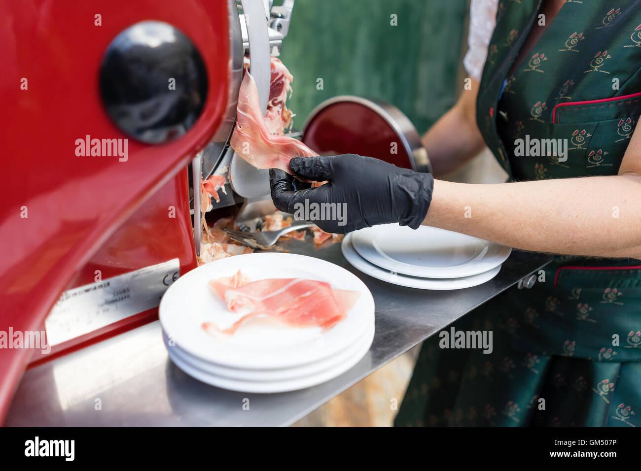 Antipasto con prosciutto di Vulcano a lunga tavola - Lange Tafel der Genusshauptstadt Graz Immagini Stock