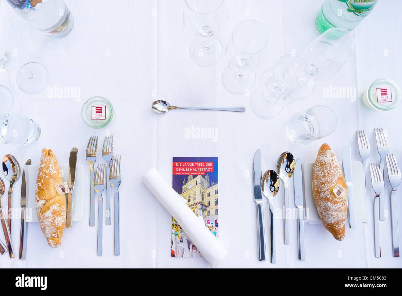 Tavola apparecchiata a lunga tavola - Lange Tafel der Genusshauptstadt Graz Immagini Stock