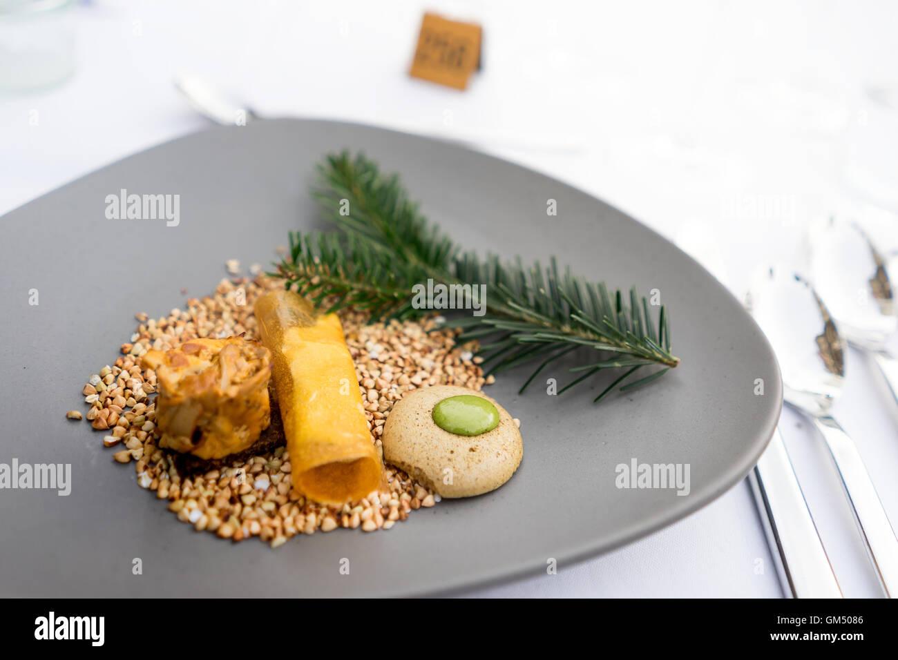 """Primo corso presso la """"Langen Tafel der Genusshauptstadt Graz' con i funghi e le erbe sul grano saraceno Immagini Stock"""