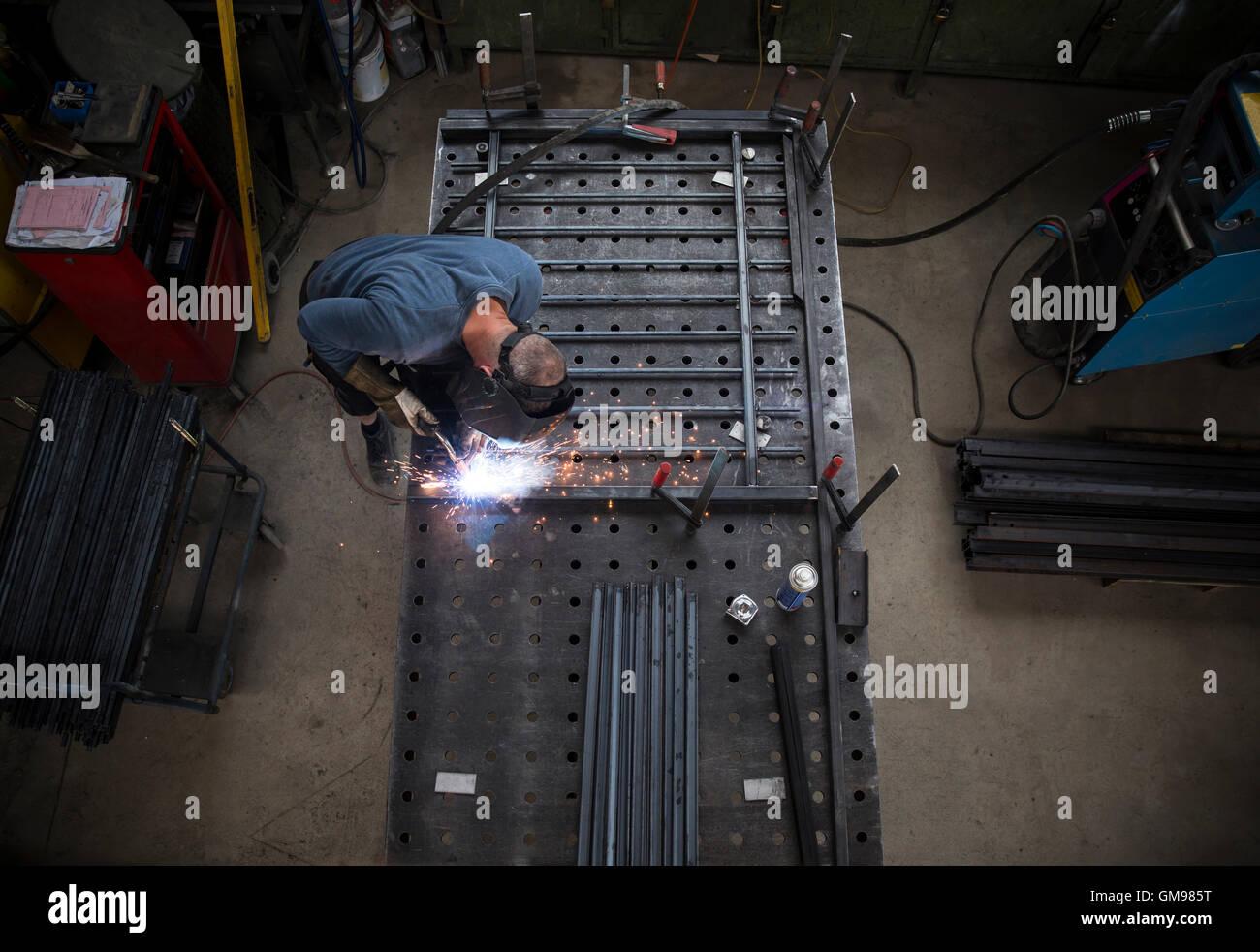 Di costruzione metallica, saldatore ringhiera di saldatura Immagini Stock
