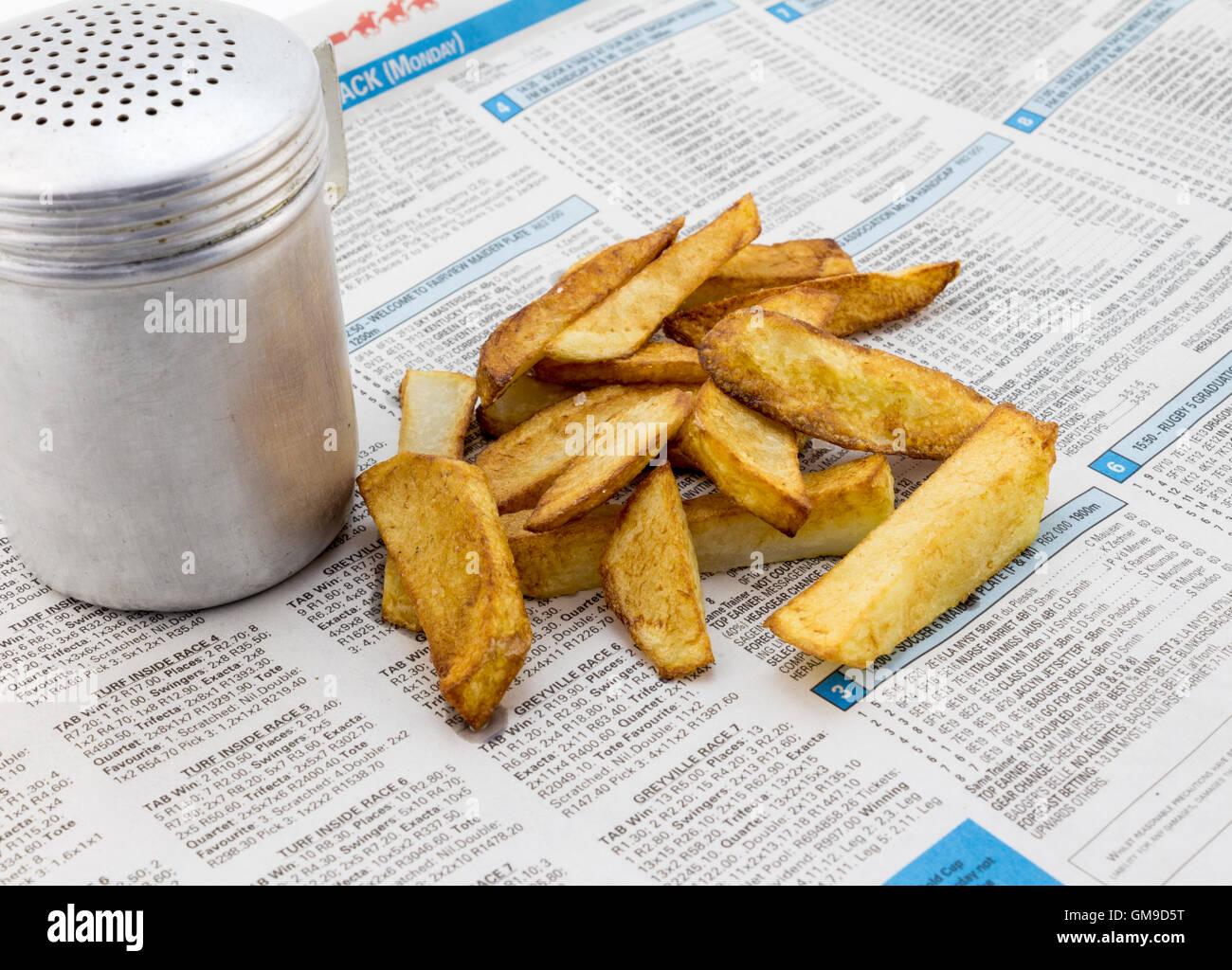 Piccola porzione di patatine fritte sulla carta di notizie Foto Stock