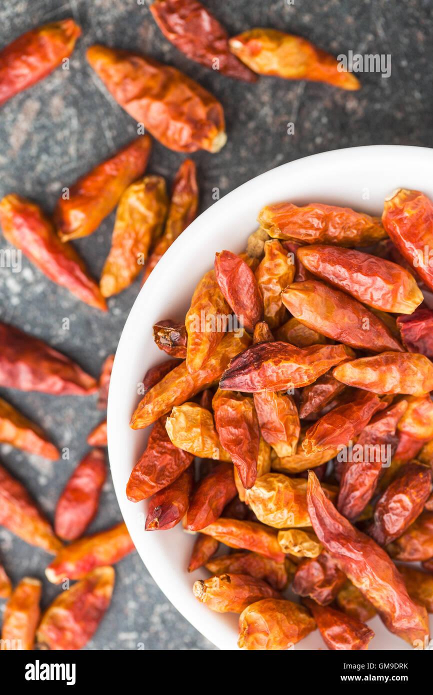 Mini secchi peperoncino nella ciotola sul tavolo da cucina. Vista dall'alto. Immagini Stock