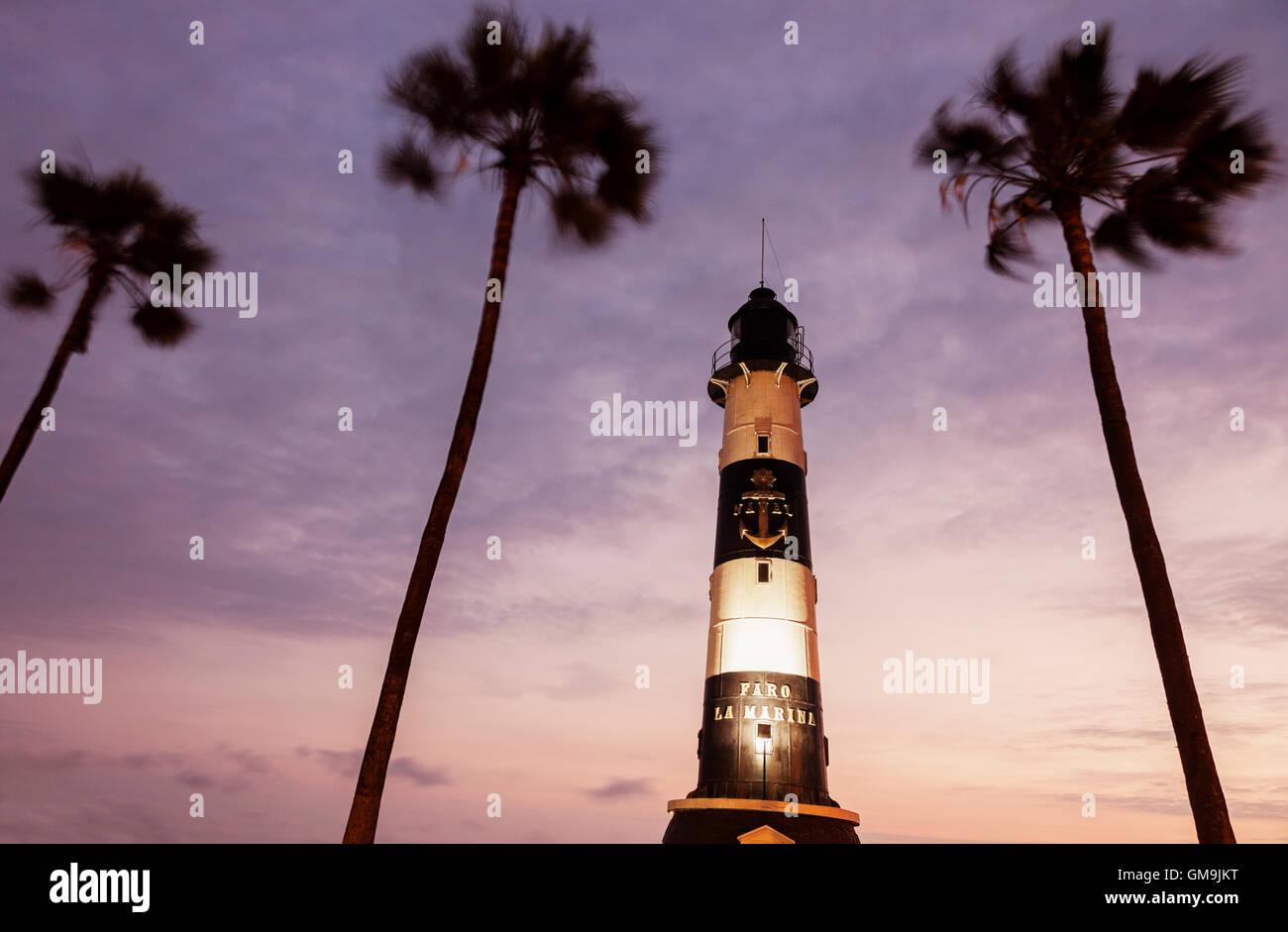 Il Perù, Lima, Miraflores, Faro de La Marina e palme al tramonto Immagini Stock