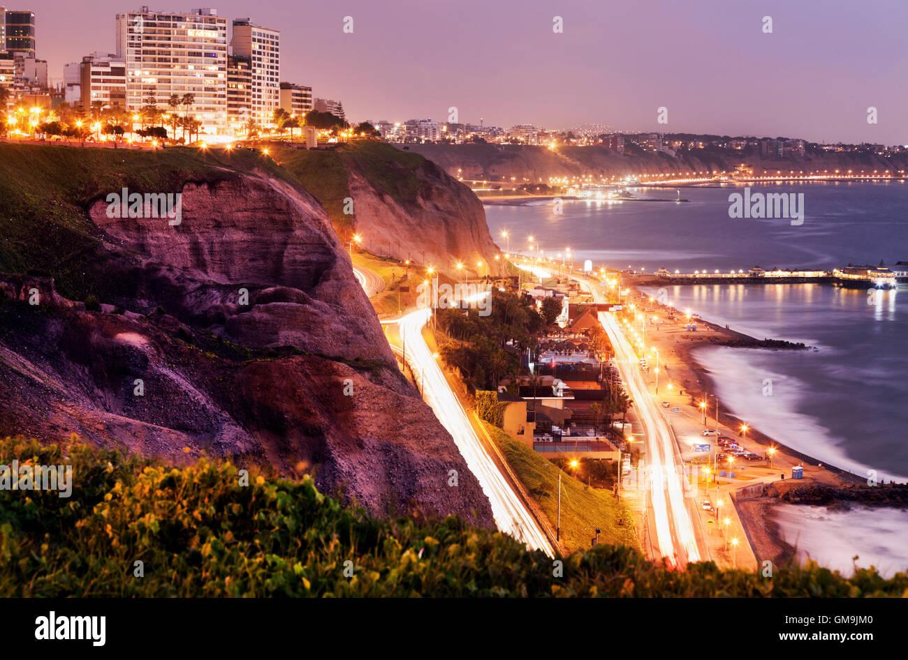 Il Perù, Lima, Miraflores, scogliere di Miraflores al tramonto Immagini Stock