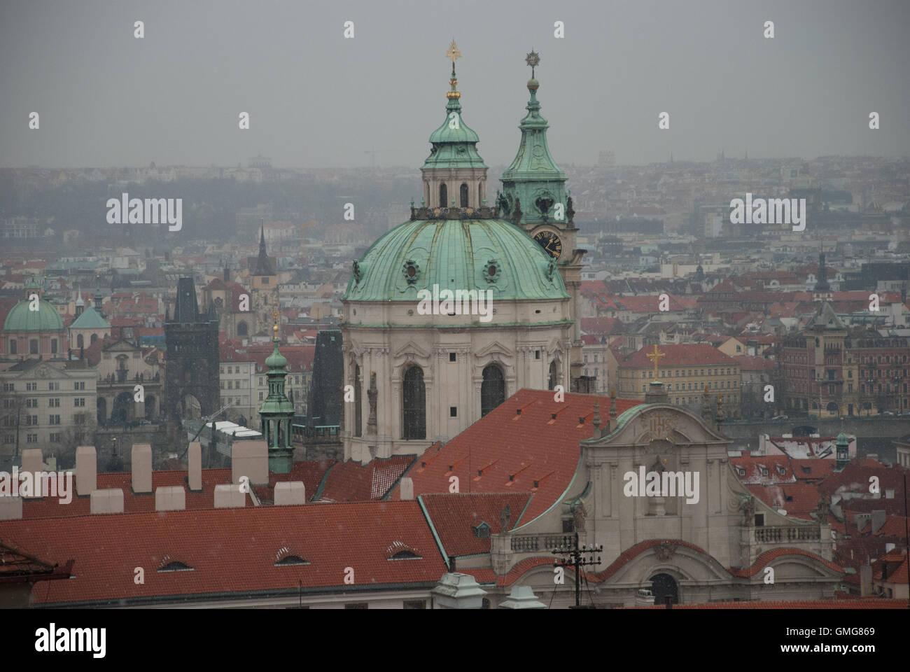 Repubblica ceca Praga, il Ponte Carlo e sulle guglie della Città Vecchia Immagini Stock