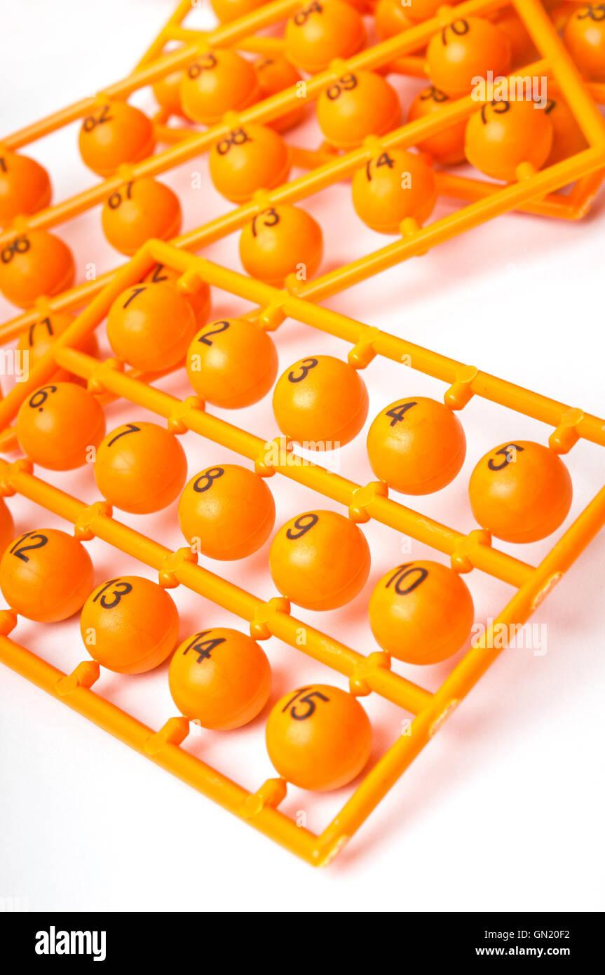 Il canale di colata con numeri del lotto sfere Immagini Stock