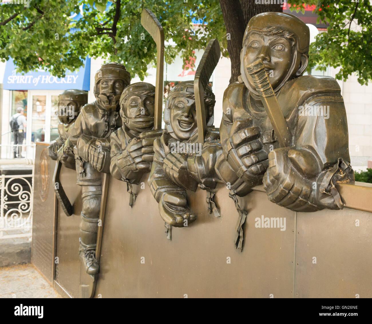 """""""Il nostro gioco"""" della statua di Eddie Parker al di fuori di Hockey Hall of Fame e spirito di hockey Immagini Stock"""