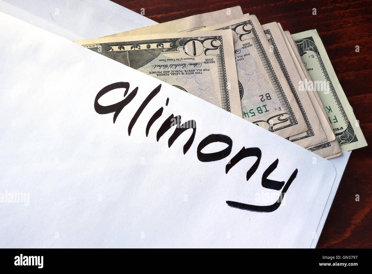 Alimony scritto su una busta con dollari. Immagini Stock