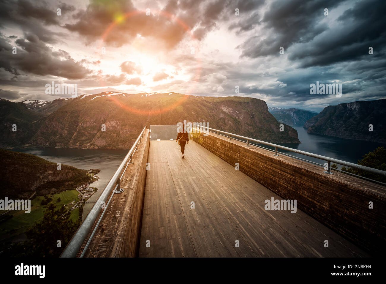 Lookout Stegastein observation deck punto di vista bellissima natura della Norvegia. Immagini Stock