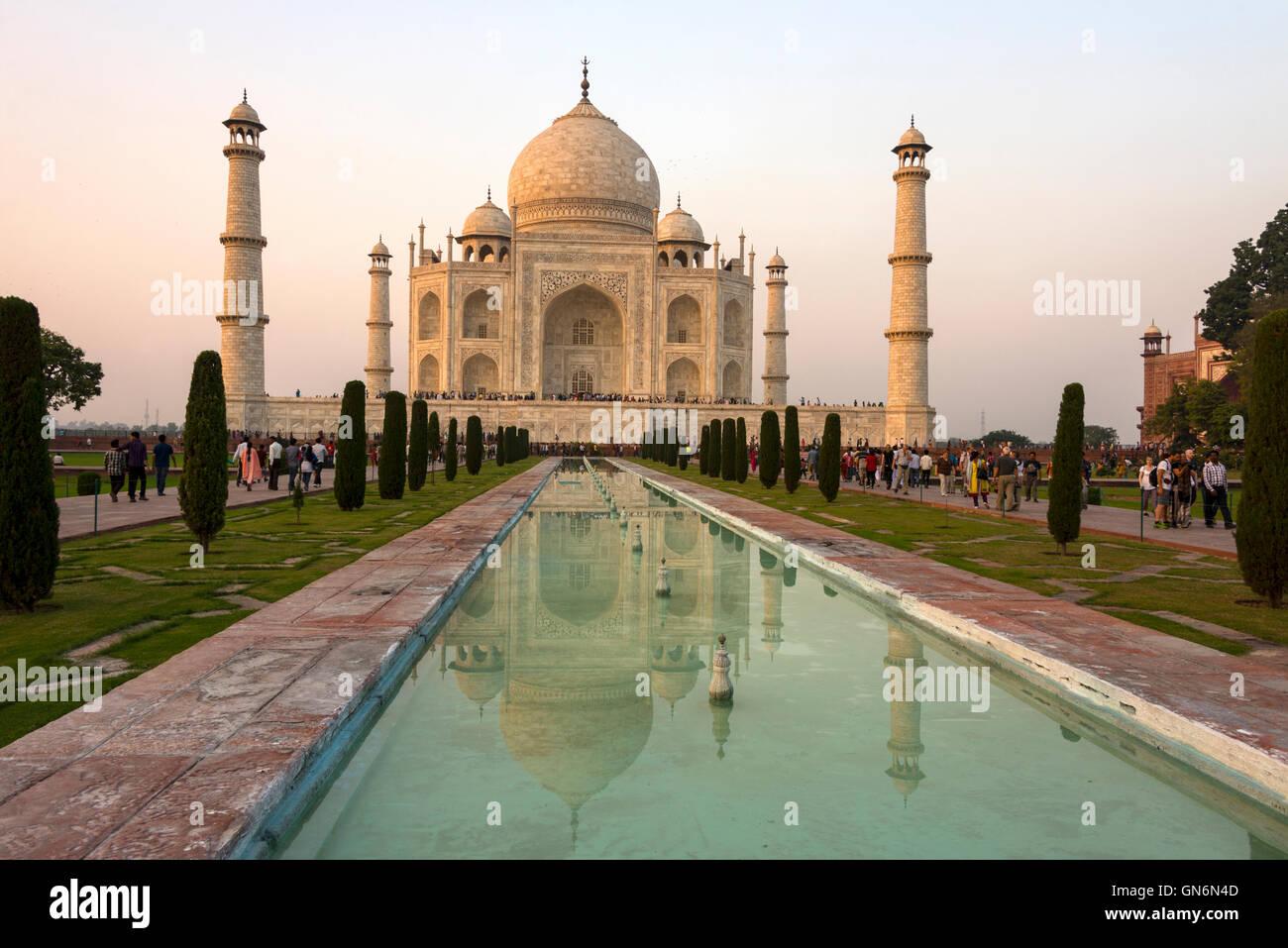 Tramonto sul Taj Mahal e vasca ornamentale in Agra, Uttar Pradesh, India Immagini Stock