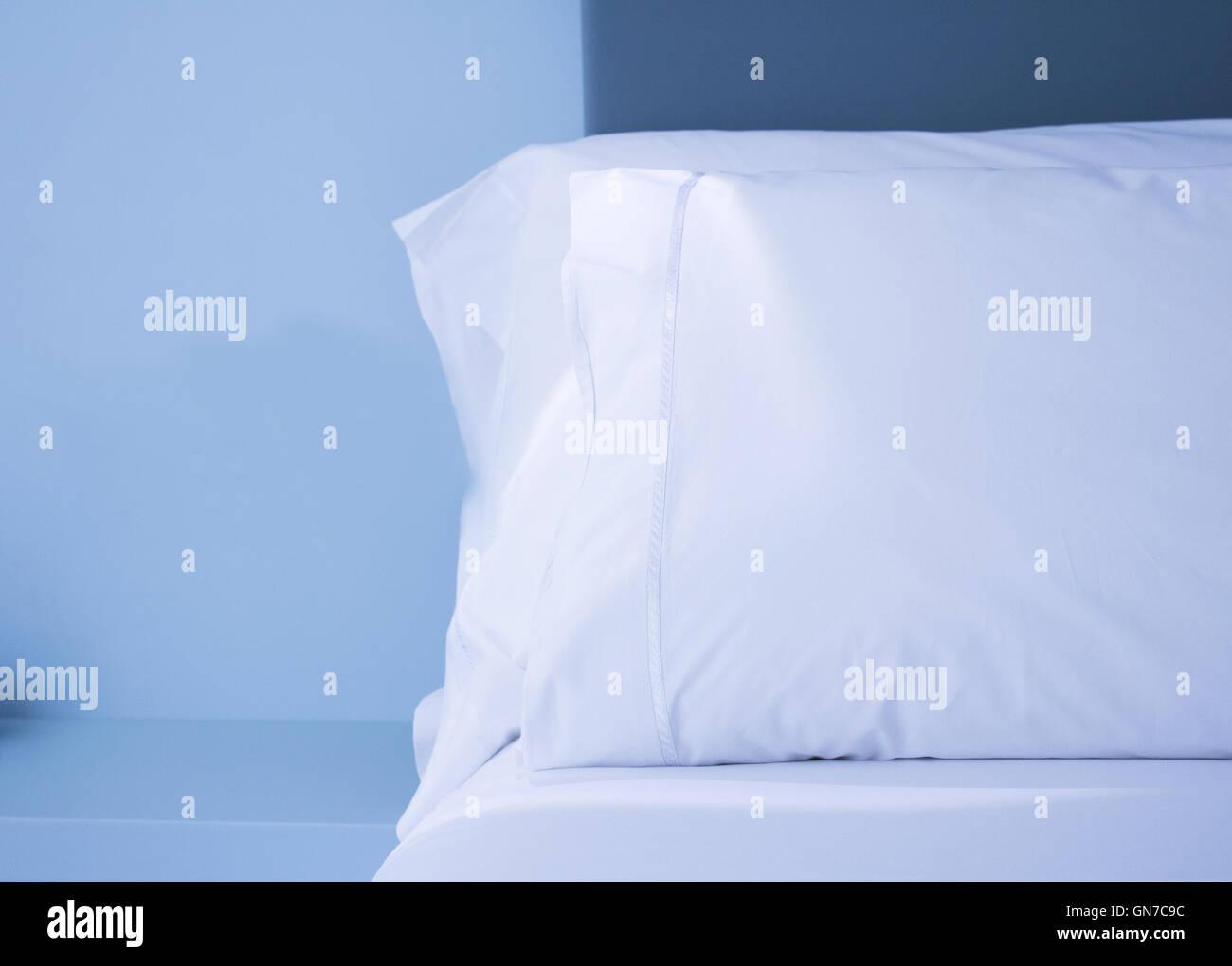 Lenzuola e cuscini bianchi Immagini Stock