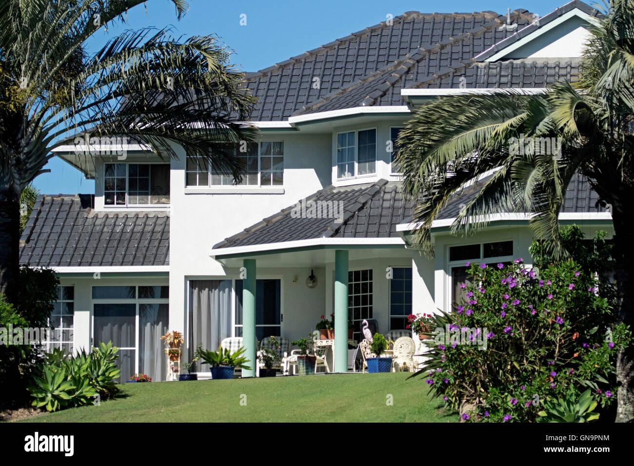 Moderno e lussuoso due piani di casa con piastrelle nere sul tetto