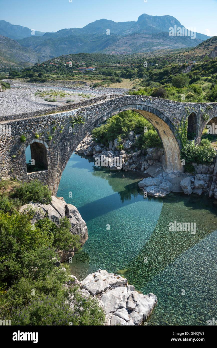 Il ponte di mesi, Ura e Mesit, attraverso il fiume Kiri vicino a Shkodra, l'Albania settentrionale. Immagini Stock