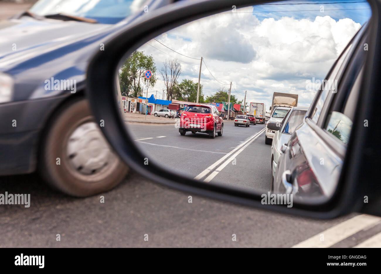 Riflesso nello specchietto retrovisore di un automobile Immagini Stock