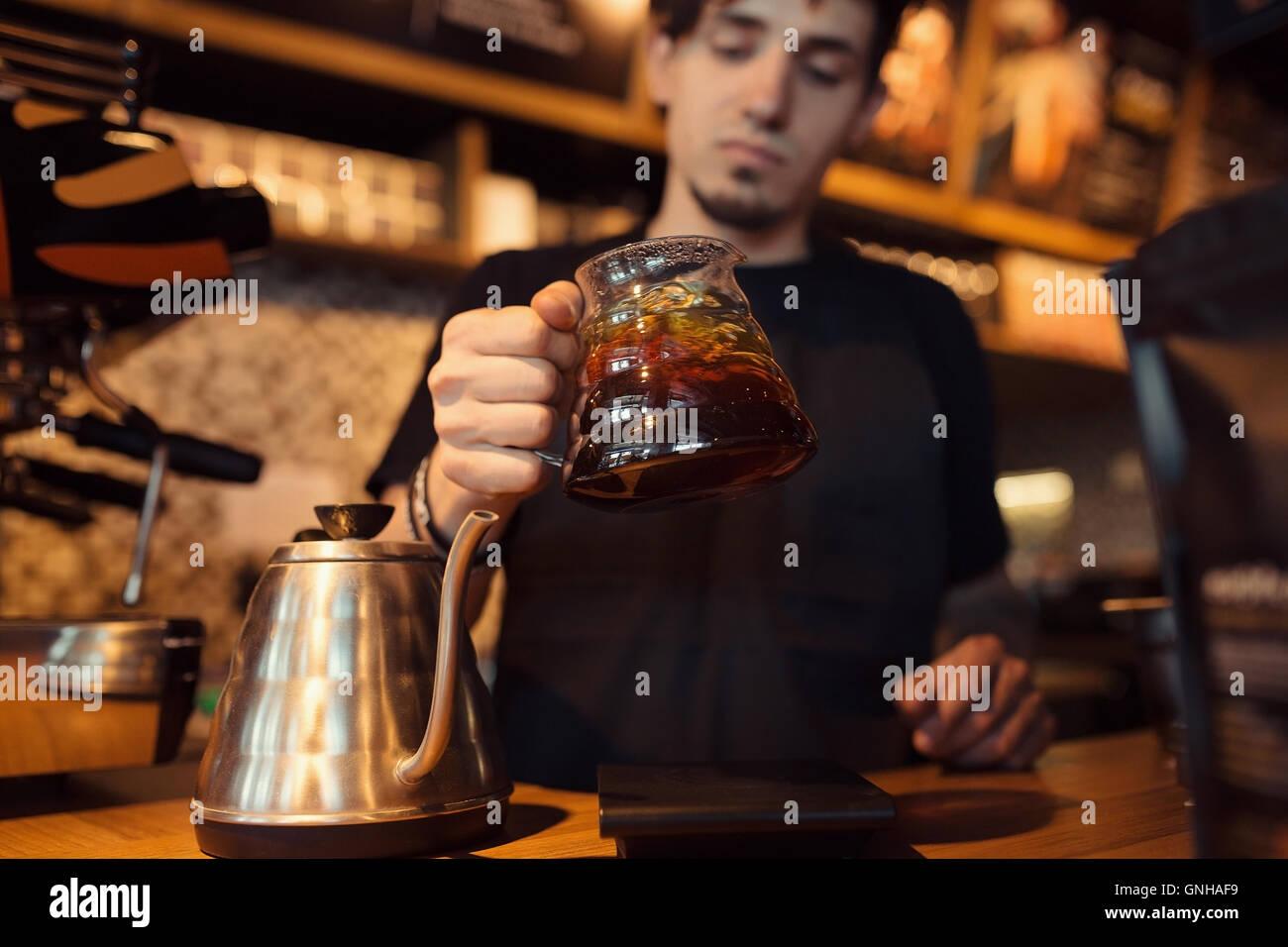 Barista a lavorare in un negozio di caffè Immagini Stock