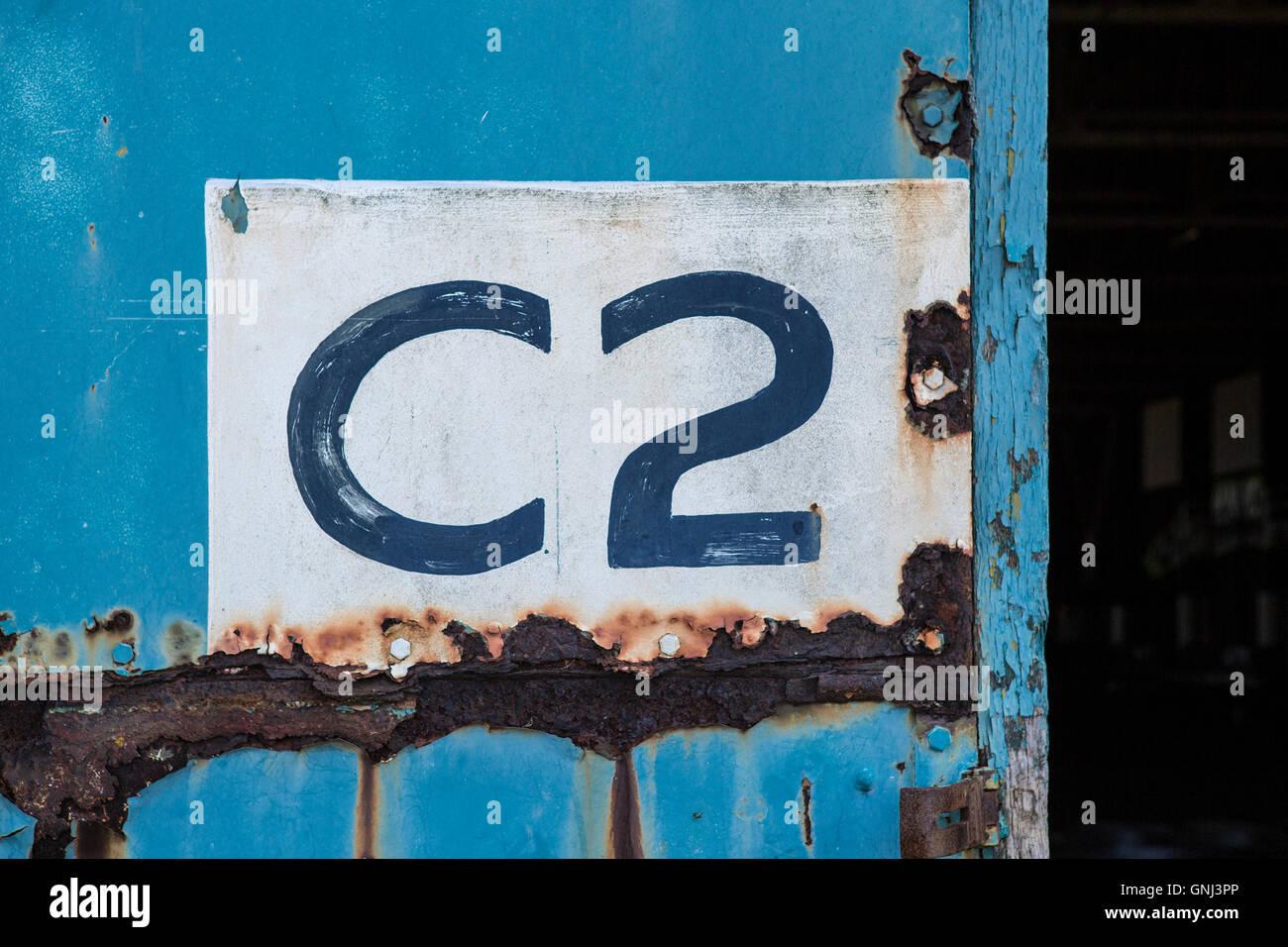 Rusty Blue Door con C2 Segno Immagini Stock
