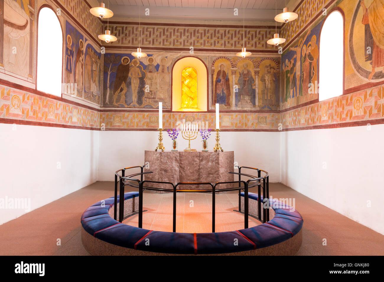 Altare a Jelling Kirke (Gudstjeneste) famosa architettura moderna chiesa culla del cristianesimo in Danimarca Immagini Stock