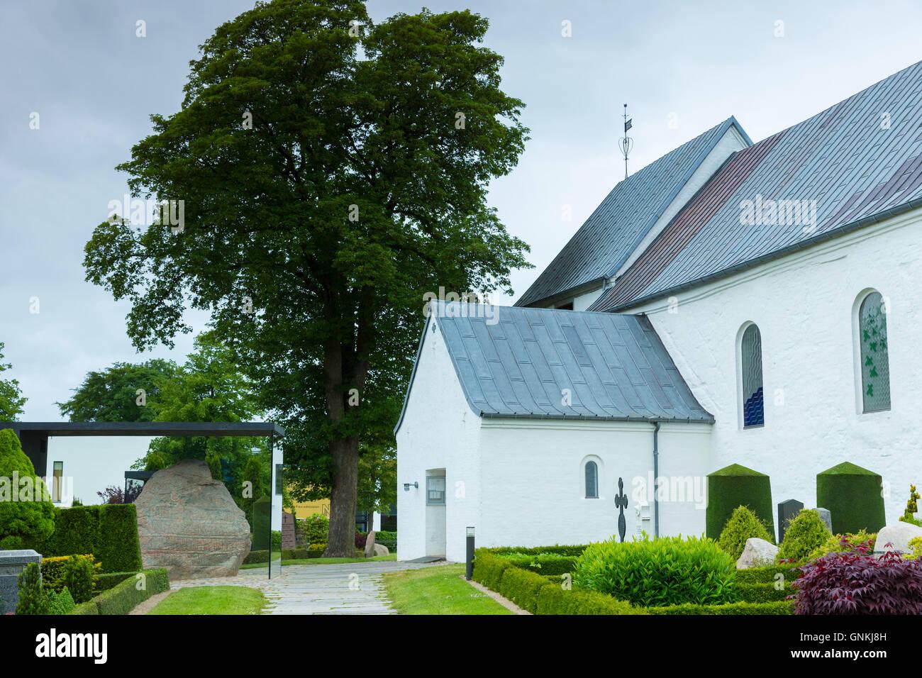 Jelling Kirke chiesa (Gudstjeneste) e Jelling pietre pietre runiche, luogo di nascita del cristianesimo in Danimarca Immagini Stock