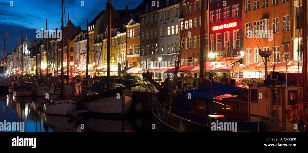 La vita notturna nel famoso Nyhavn, antico porto canale di Copenaghen su Zelanda, Danimarca Foto Stock