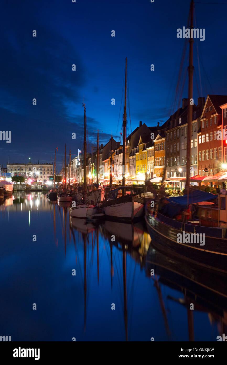 La vita notturna nel famoso Nyhavn, antico porto canale di Copenaghen su Zelanda, Danimarca Immagini Stock
