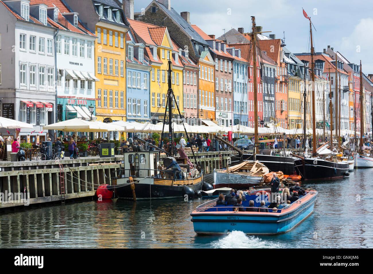 Barche a vela al famoso Nyhavn, xvii secolo waterfront canal e dal quartiere dei divertimenti di Copenaghen, Danimarca Immagini Stock