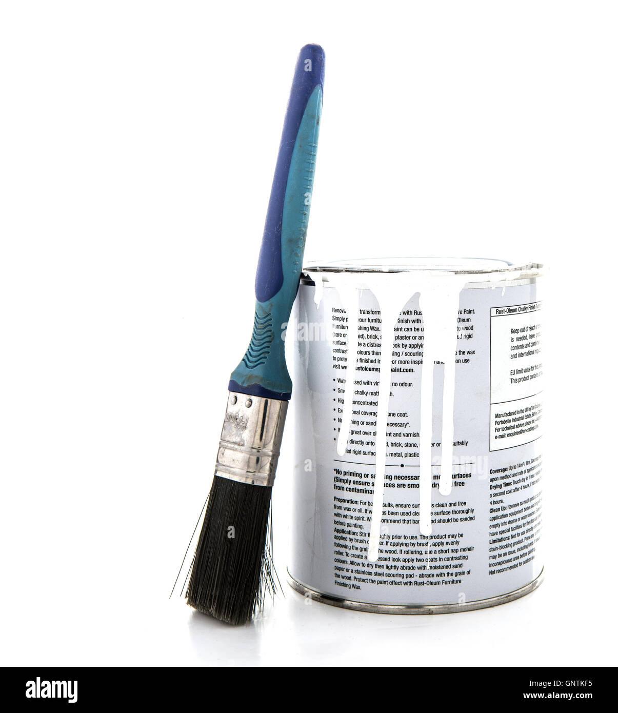 Lo stagno di ruggine-oleum gessoso mobili di finitura di vernice con pennello su sfondo bianco Foto Stock