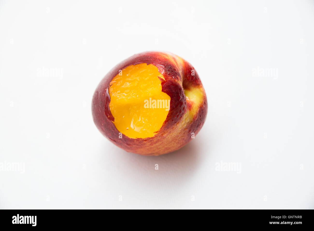 Bitten peach Immagini Stock