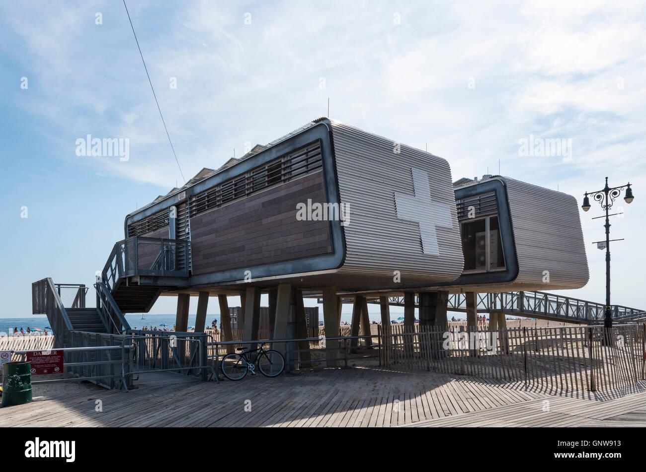 Esterno del primo aiuto stazione medica edificio sulla spiaggia di Brighton, Brooklyn, New York. Immagini Stock