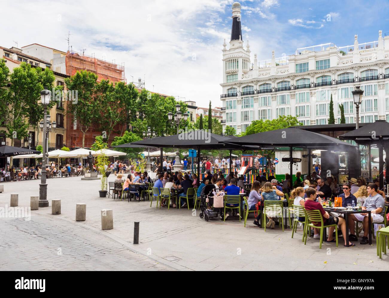 Plaza de Santa Ana dominato dall'Hotel ME Madrid Reina Victoria nel quartiere di Huertas, Madrid, Spagna Immagini Stock